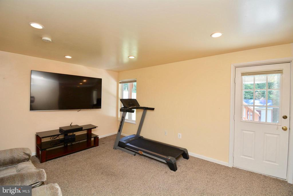 RECREATION ROOM,  LOTS OF NATURAL LIGHT - 35 BLOOMINGTON LN, STAFFORD