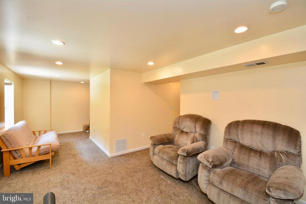 LARGE RECREATION ROOM, NEWER CARPET - 35 BLOOMINGTON LN, STAFFORD