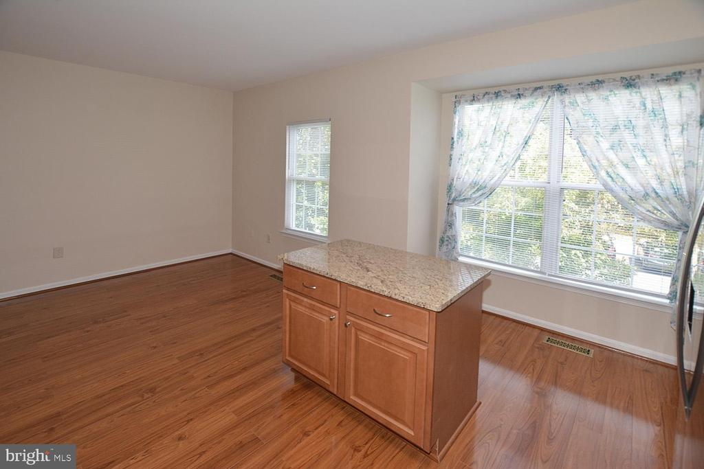 Kitchen/Breakfast Area awash in natural light. - 15704 LANSDALE PL, DUMFRIES