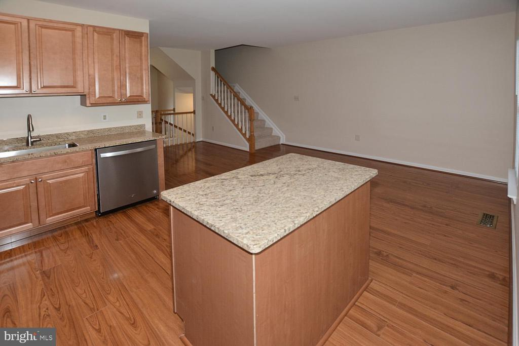 Island/work station with additional storage. - 15704 LANSDALE PL, DUMFRIES