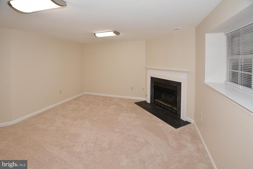 FR with new carpet and brilliant LED lighting. - 15704 LANSDALE PL, DUMFRIES