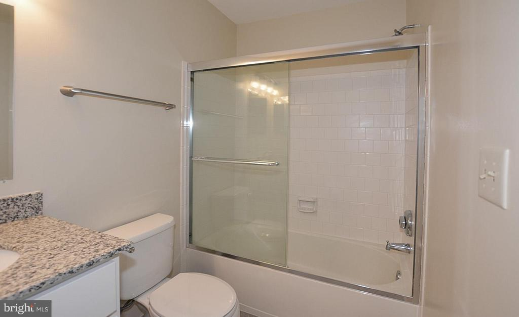 Ensuite Master Bath  with granite counter tops. - 15704 LANSDALE PL, DUMFRIES