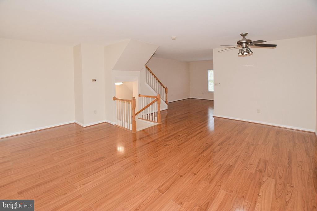 DR open to the LR & w/quick access to the Kitchen. - 15704 LANSDALE PL, DUMFRIES