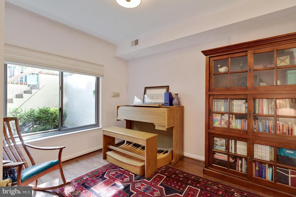 Spacious second bedroom - 11184 HARBOR CT, RESTON