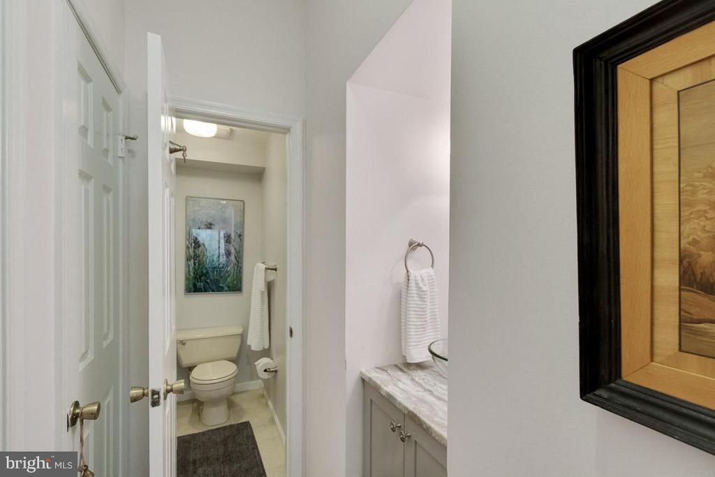 En-suite bathroom in bedroom 2 - 11184 HARBOR CT, RESTON