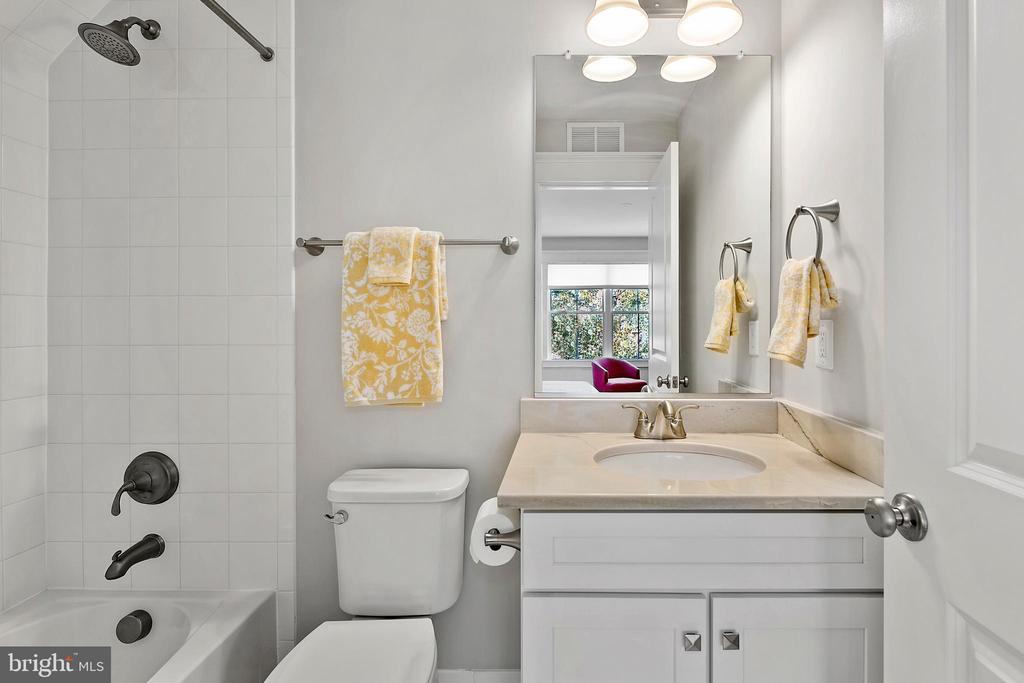 Full bath in guest suite over garage - 2408 16TH ST N, ARLINGTON
