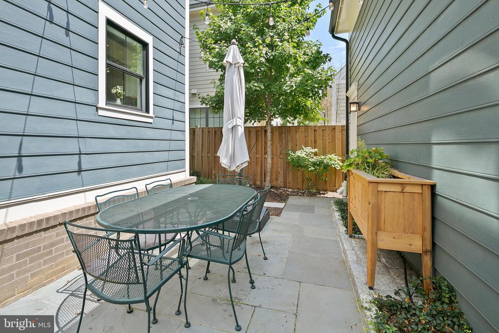 Patio space for outdoor entertaining - 2408 16TH ST N, ARLINGTON
