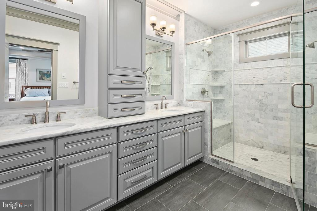 Dual vanities and dual shower heads - 2408 16TH ST N, ARLINGTON