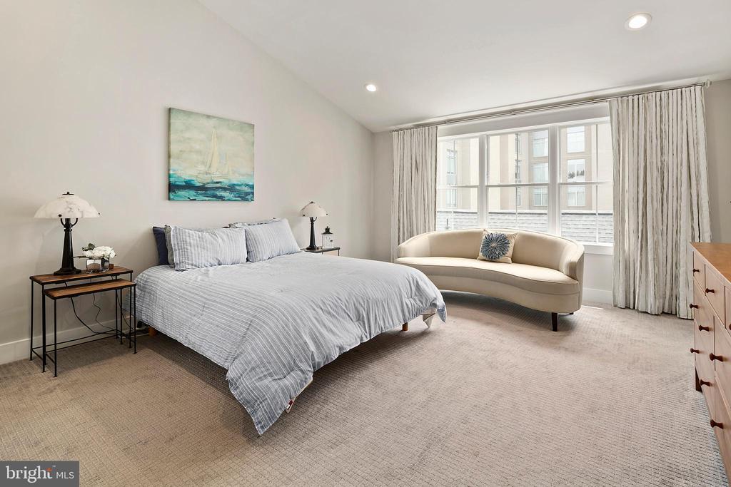 Bedroom 4 suite - 2408 16TH ST N, ARLINGTON