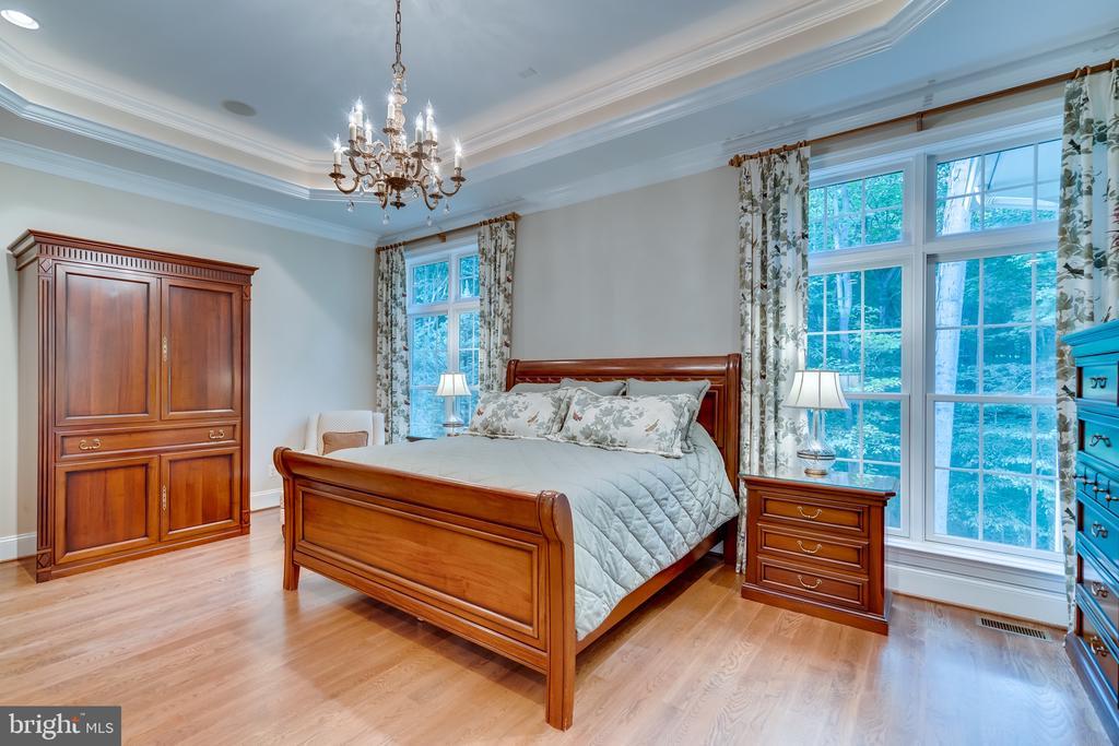 Spacious master bedroom - 8305 CRESTRIDGE RD, FAIRFAX STATION