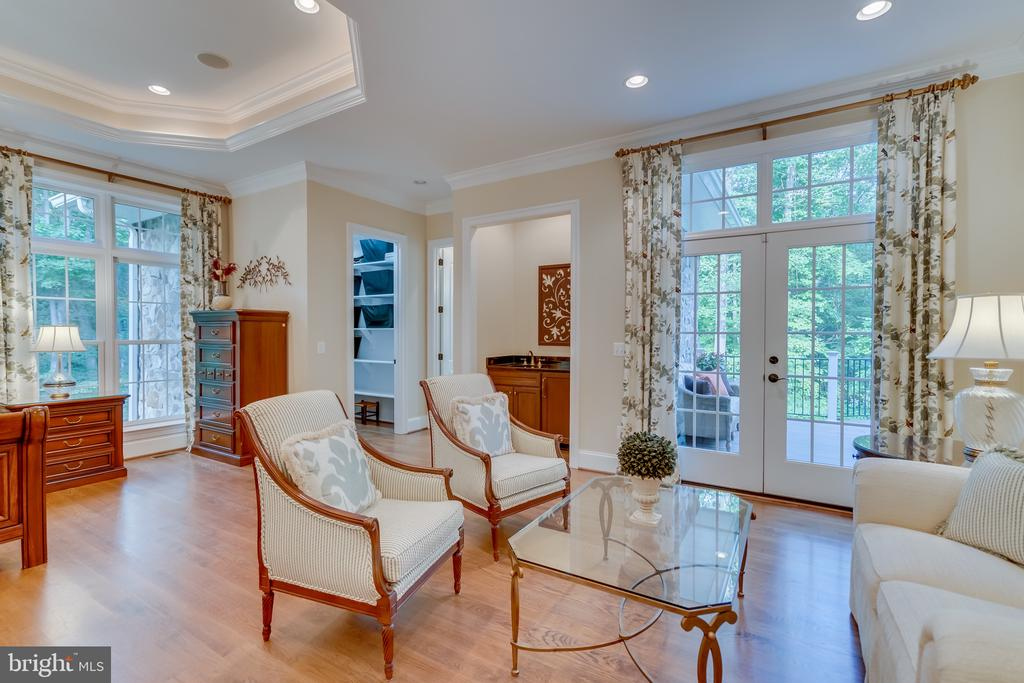 Sitting area with access to deck - 8305 CRESTRIDGE RD, FAIRFAX STATION