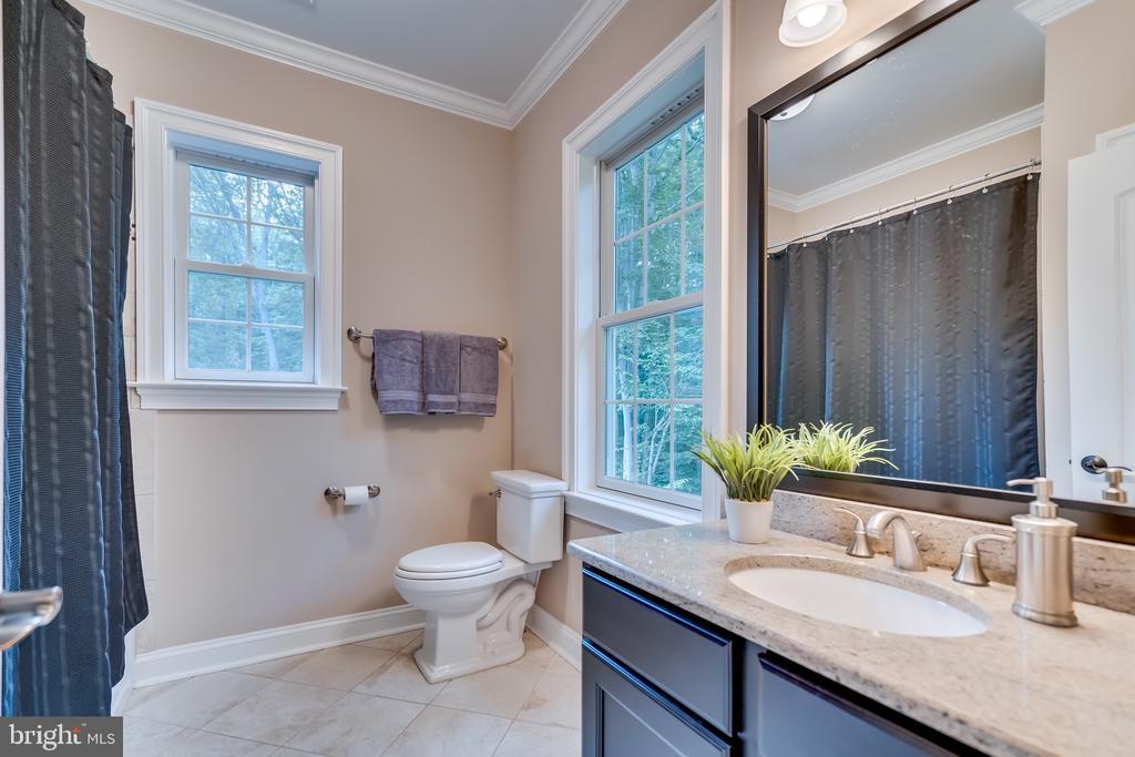 Ensuite bathroom - 8305 CRESTRIDGE RD, FAIRFAX STATION