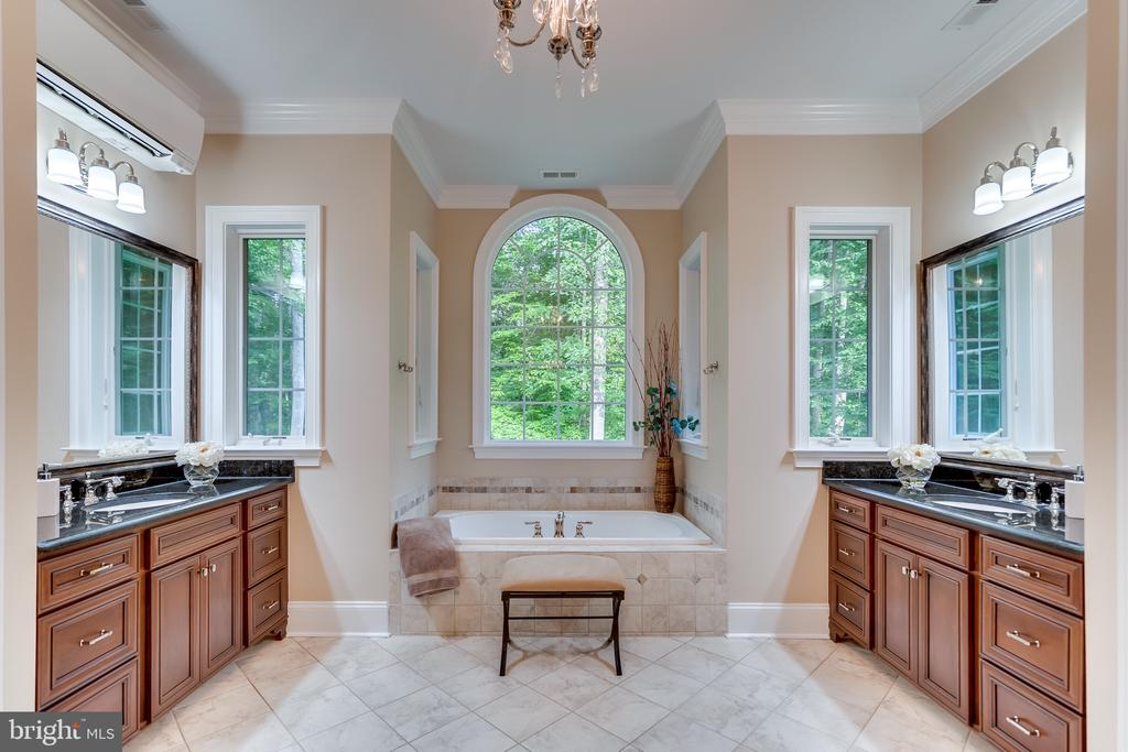 Master bath with two vanities - 8305 CRESTRIDGE RD, FAIRFAX STATION