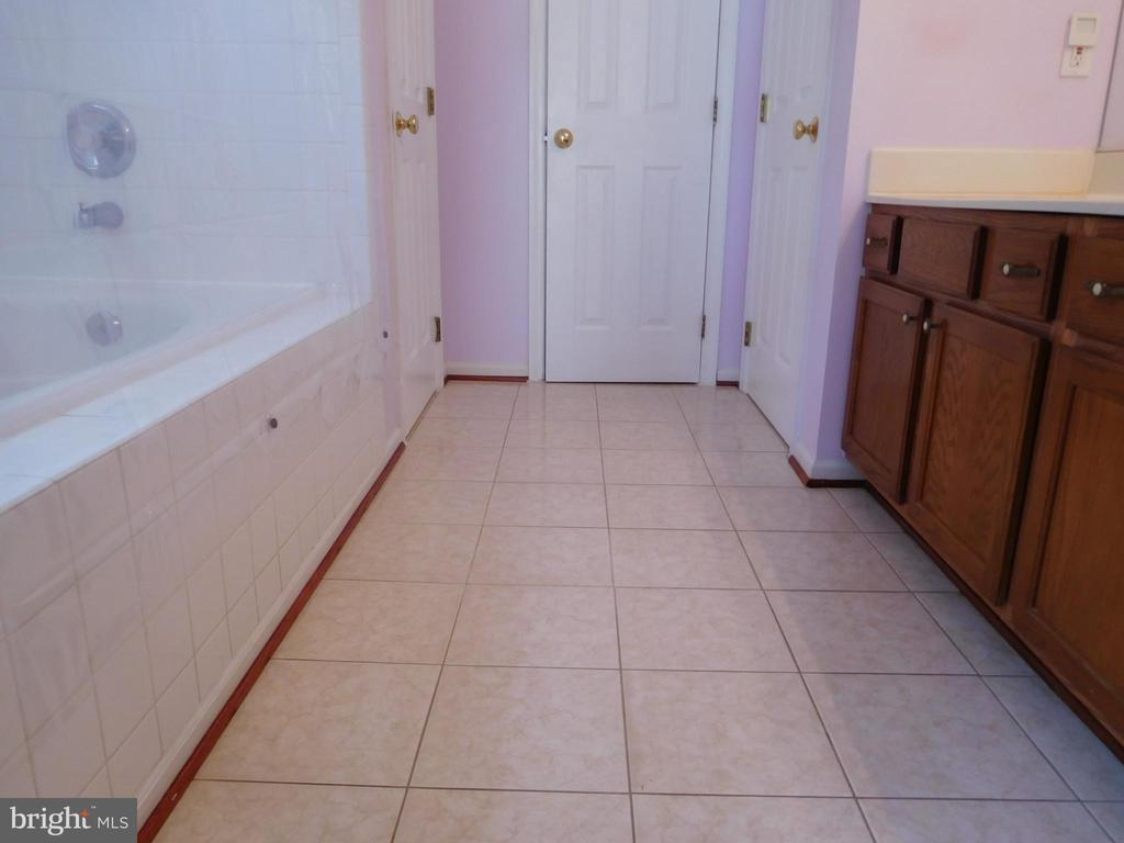 MASTER BATH WITH CERAMIC TILE - 35 BLOOMINGTON LN, STAFFORD