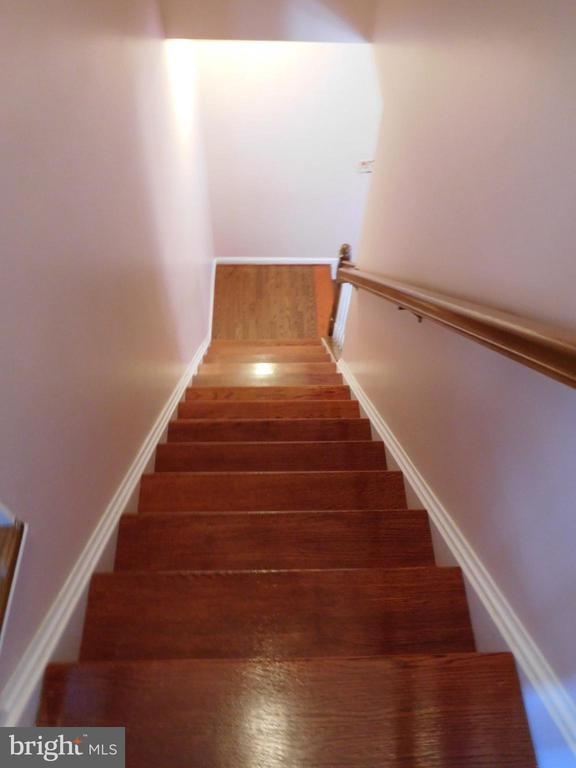 HARDWOOD STAIRCASE TO BEDROOM LEVEL - 35 BLOOMINGTON LN, STAFFORD