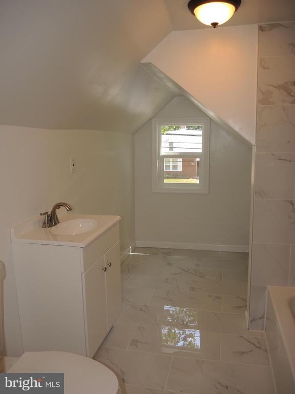 upstairs full bath, dressing room out of view - 6914 SHEPHERD ST, HYATTSVILLE