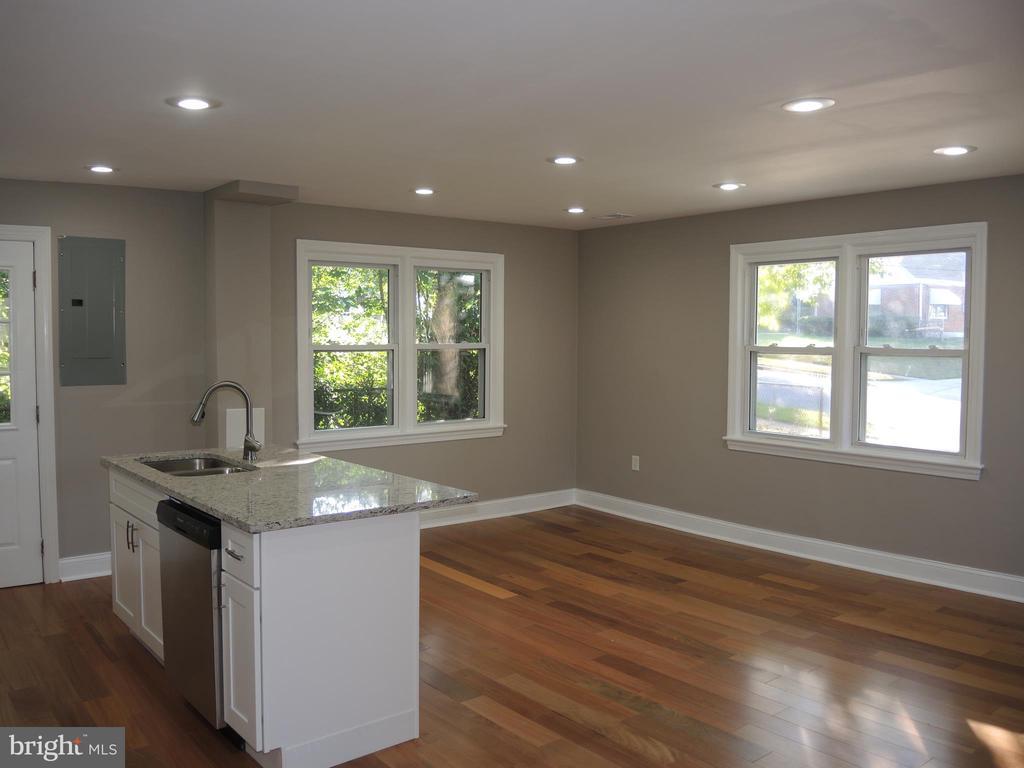 living room area - 6914 SHEPHERD ST, HYATTSVILLE