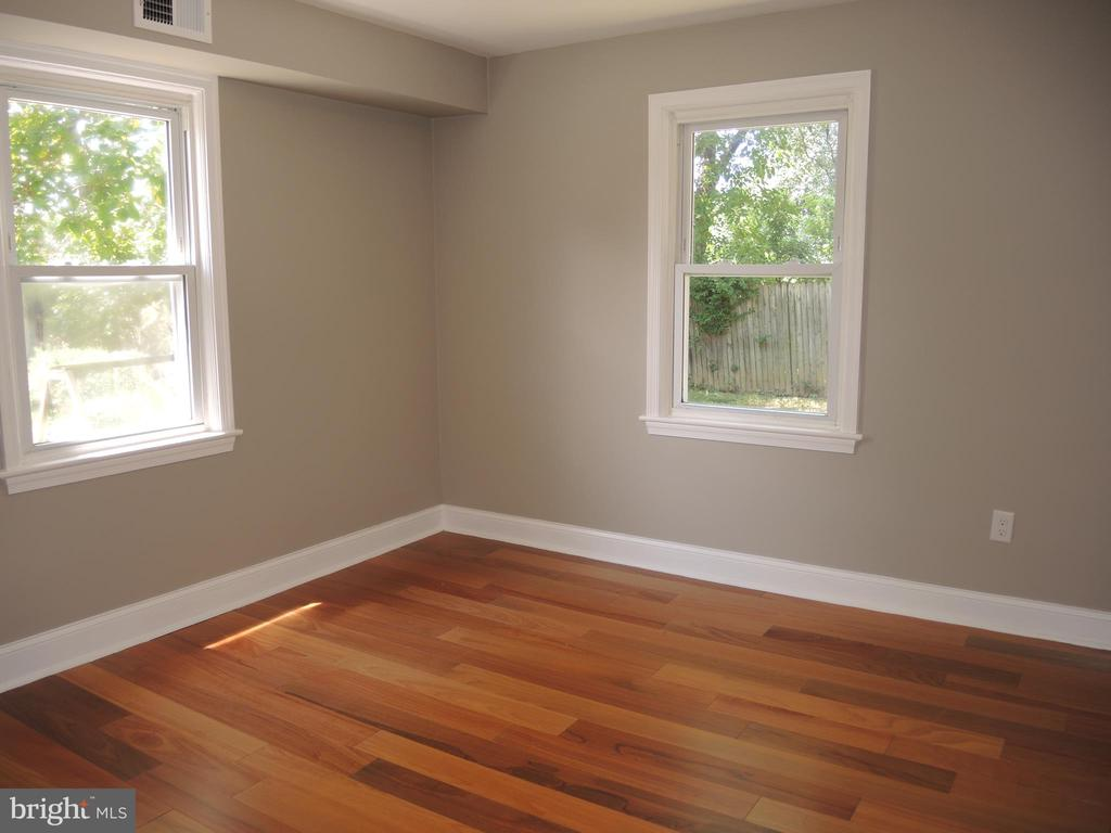 one of two main level bedroom - 6914 SHEPHERD ST, HYATTSVILLE