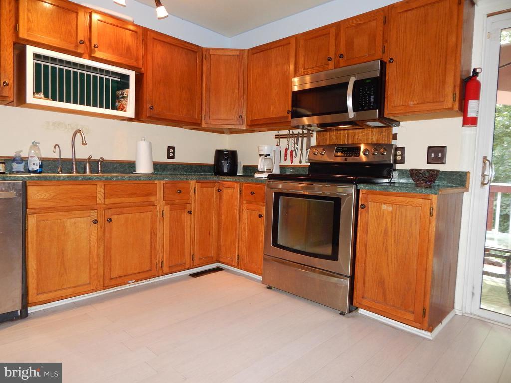Kitchen is gorgeous! - 6200 MASSAPONAX DR, FREDERICKSBURG