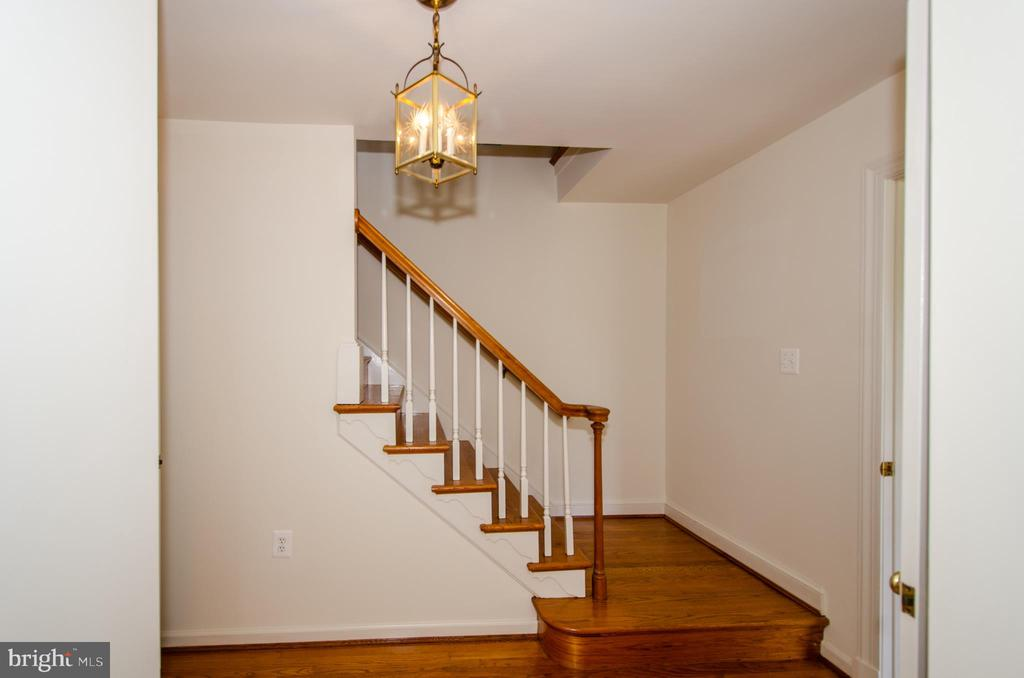 Foyer and stair case to upstairs - 101 SW MORVEN PARK RD SW, LEESBURG
