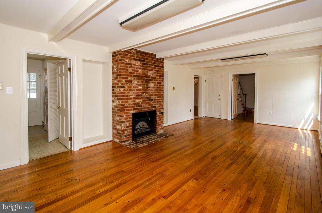 Family room ,wood burning fireplace,beamed ceiling - 101 SW MORVEN PARK RD SW, LEESBURG