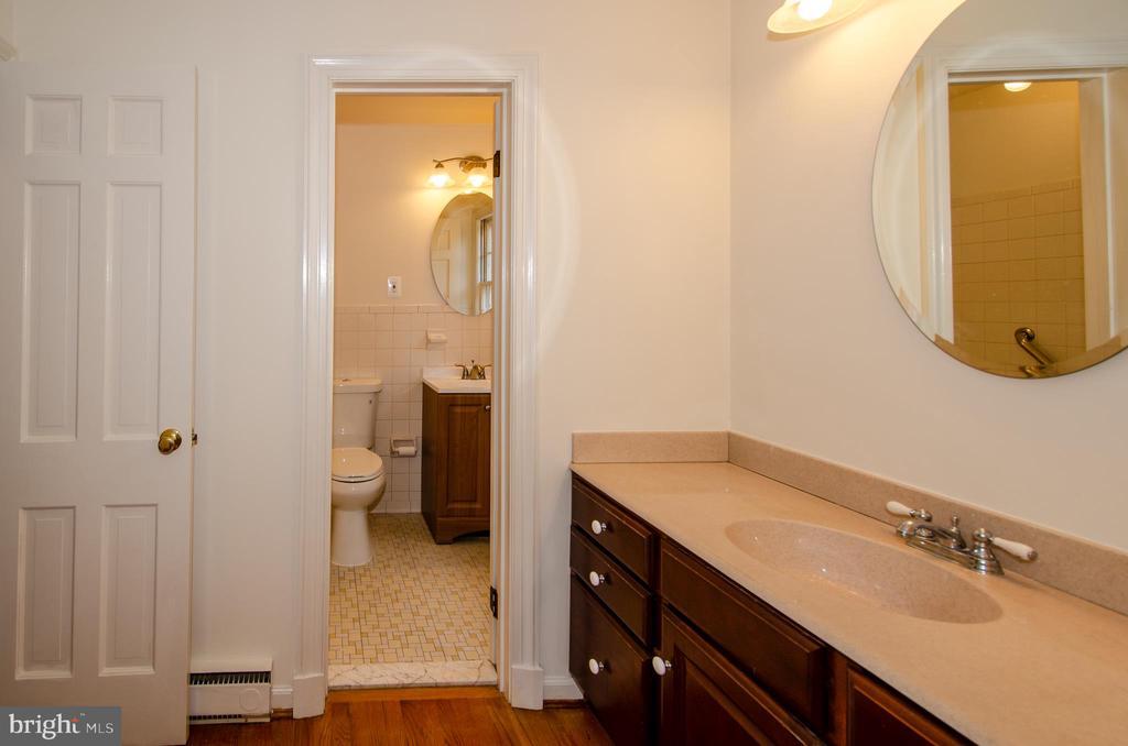 Master bath dressing area - 101 SW MORVEN PARK RD SW, LEESBURG