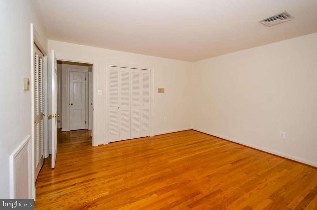 Bedroom  2 door to hallway - 101 SW MORVEN PARK RD SW, LEESBURG