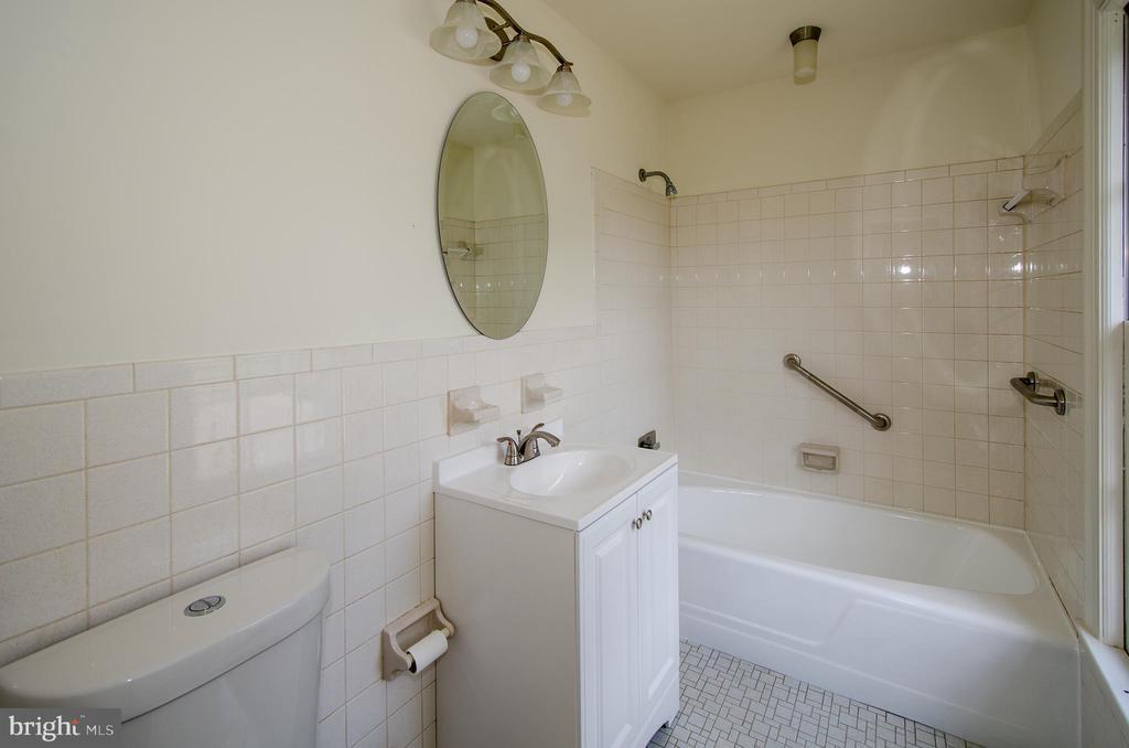 Hall bathroom - 101 SW MORVEN PARK RD SW, LEESBURG
