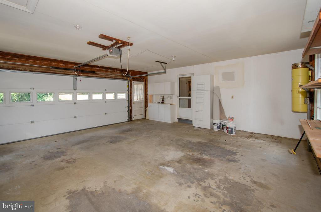 2 car attached  garage ,lots of storage cabinets - 101 SW MORVEN PARK RD SW, LEESBURG