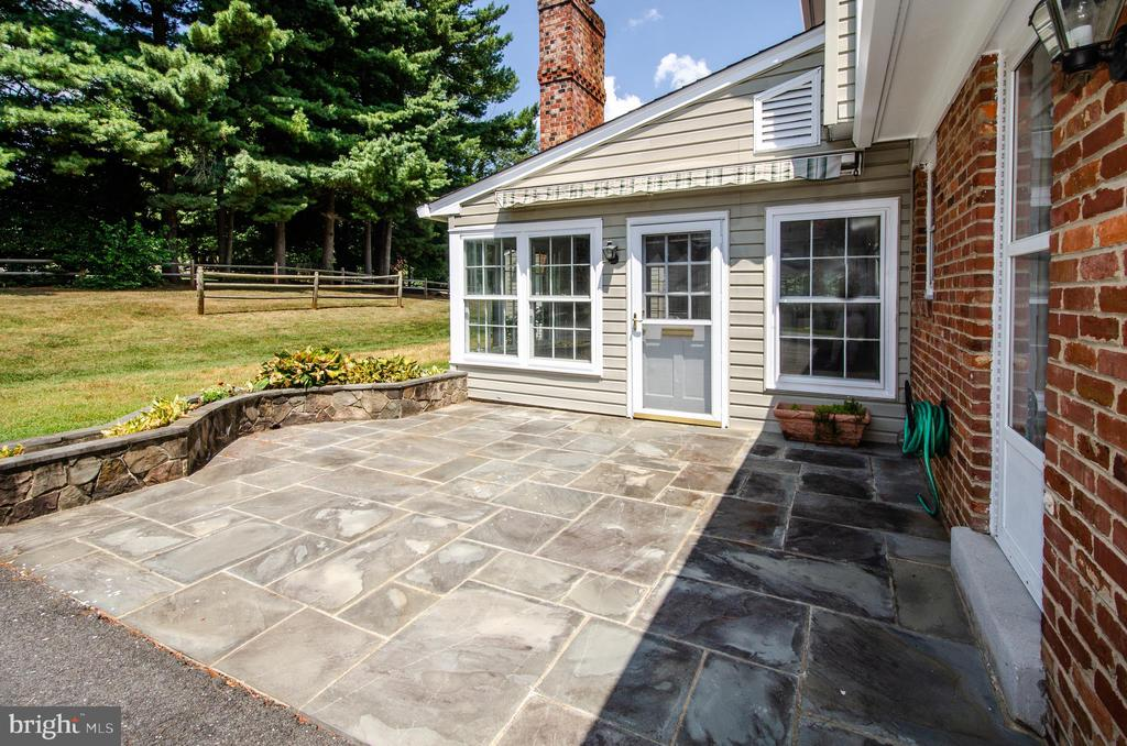Patio outside Kitchen and rec room - 101 SW MORVEN PARK RD SW, LEESBURG