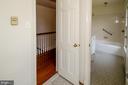 Hall bathroom towards hallway - 101 SW MORVEN PARK RD SW, LEESBURG