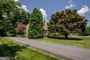 Driveway  showing mature landscaping - 101 SW MORVEN PARK RD SW, LEESBURG