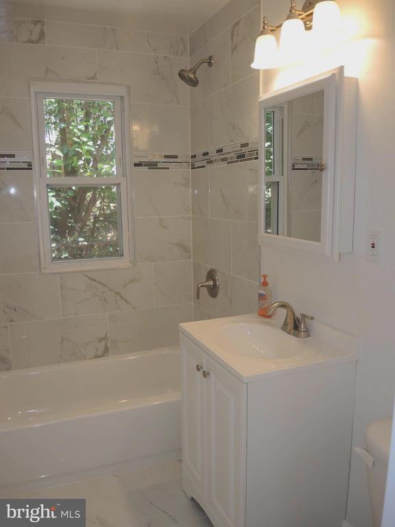 main level full bath - 6914 SHEPHERD ST, HYATTSVILLE