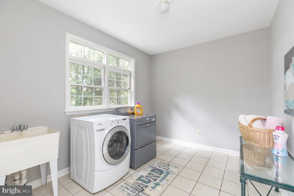 Laundry room on main level - 13807 LAUREL ROCK CT, CLIFTON