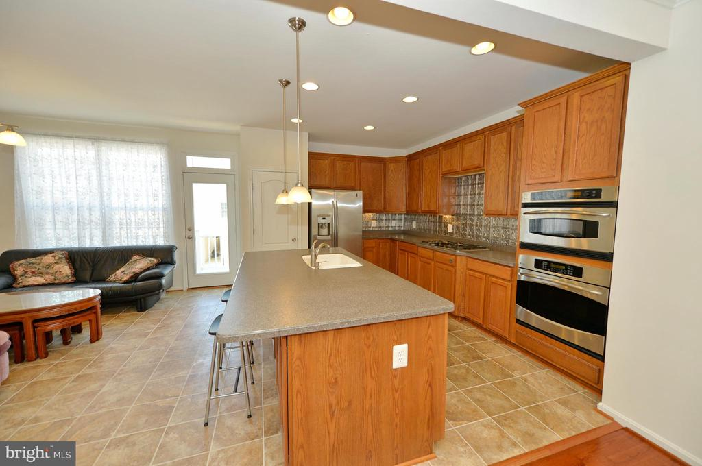 Kitchen with pendant lighting over island - 19342 GARDNER VIEW SQ, LEESBURG