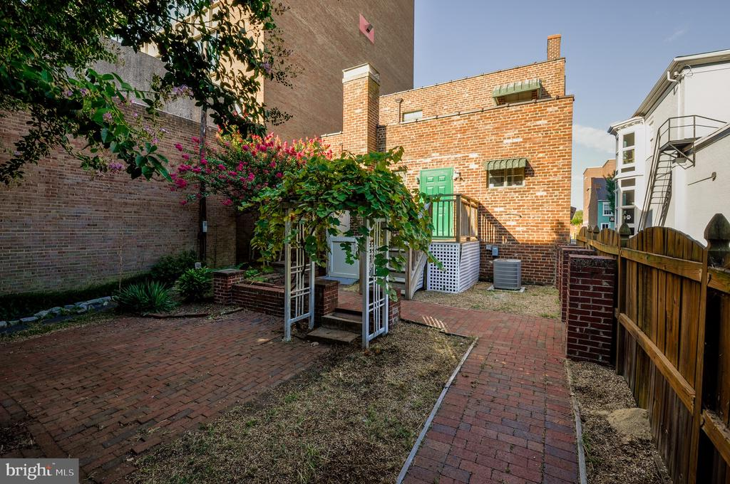 Backyard oasis in the middle of town - 611 CAROLINE ST, FREDERICKSBURG