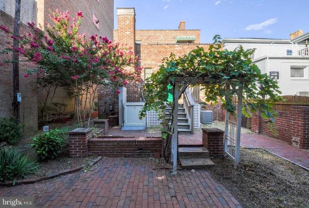 Pretty backyard - 611 CAROLINE ST, FREDERICKSBURG