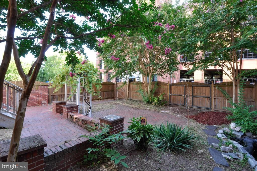 A garden oasis in the middle of downtown! - 611 CAROLINE ST, FREDERICKSBURG