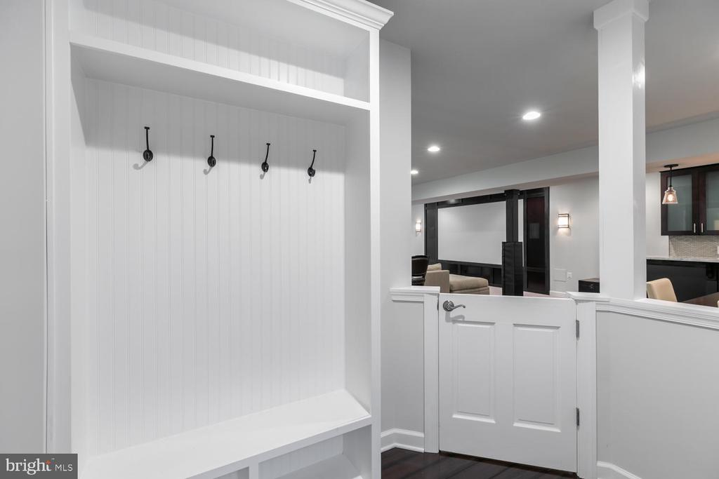 Basement mud room area - 18700 RIVERLOOK CT, LEESBURG