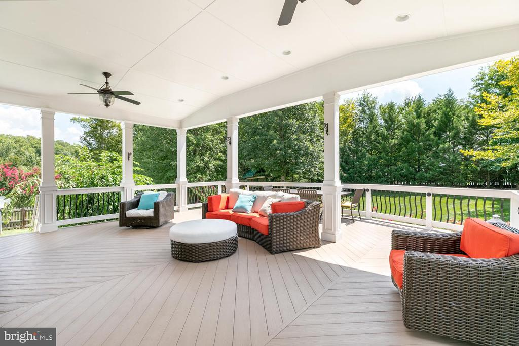 Covered porch off of kitchen - 18700 RIVERLOOK CT, LEESBURG