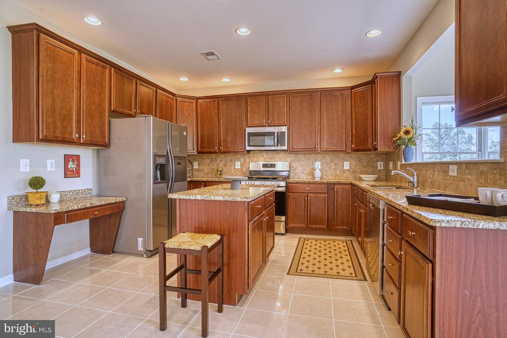 all the space for prep work for a serious chef - 25238 CROSSFIELD DR, CHANTILLY