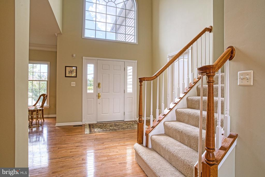 Expansive foyer with hardwood floors and cathedral - 25238 CROSSFIELD DR, CHANTILLY
