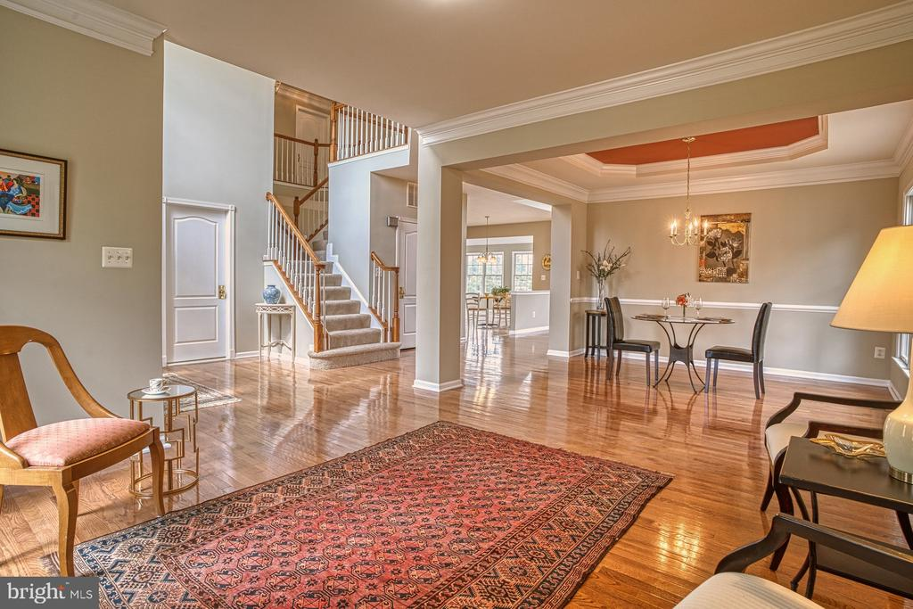 Great floorplan for entertaining - 25238 CROSSFIELD DR, CHANTILLY