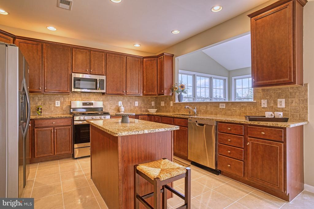 Granite on large counters. - 25238 CROSSFIELD DR, CHANTILLY