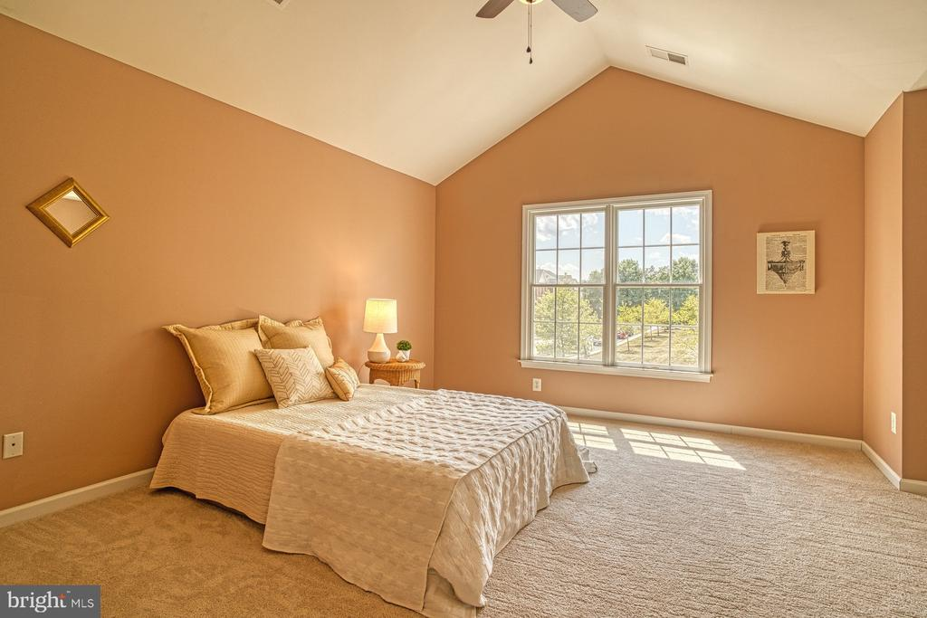 vaulted ceilings in this large Master bedroom - 25238 CROSSFIELD DR, CHANTILLY