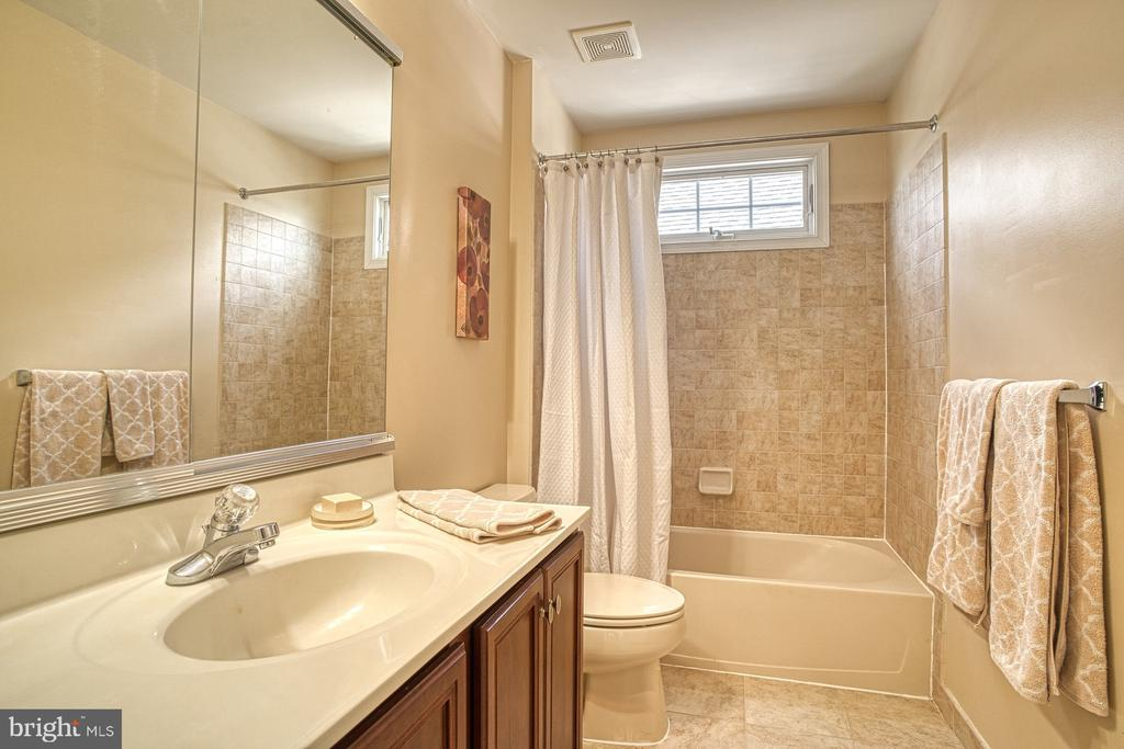 Share a bathroom - 25238 CROSSFIELD DR, CHANTILLY