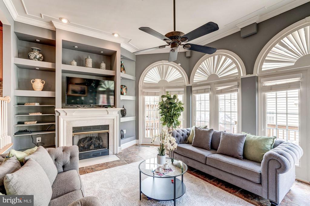 Step down family room off kitchen with fireplace - 47834 SCOTSBOROUGH SQ, POTOMAC FALLS