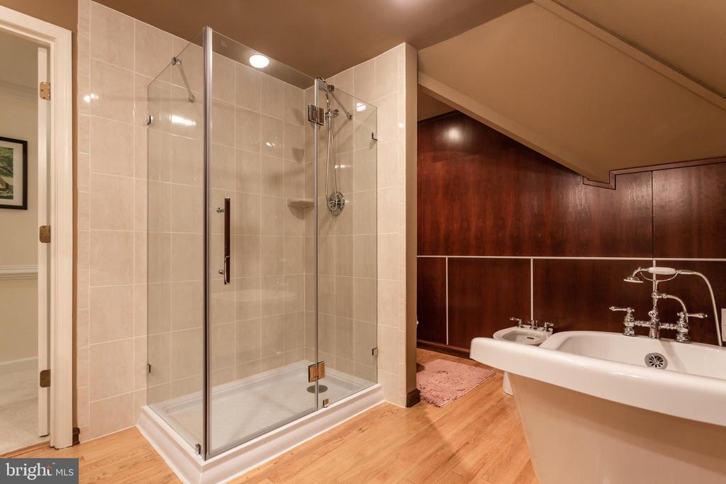 Separate Seamless Glass Shower - 6401 STALLION RD, CLIFTON