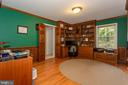Library/Study Area With Built-In Bookcases - 6401 STALLION RD, CLIFTON