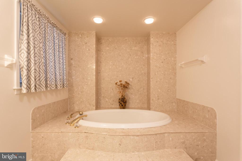 Luxurious Soaking Tub Surrounded By Marble - 6401 STALLION RD, CLIFTON